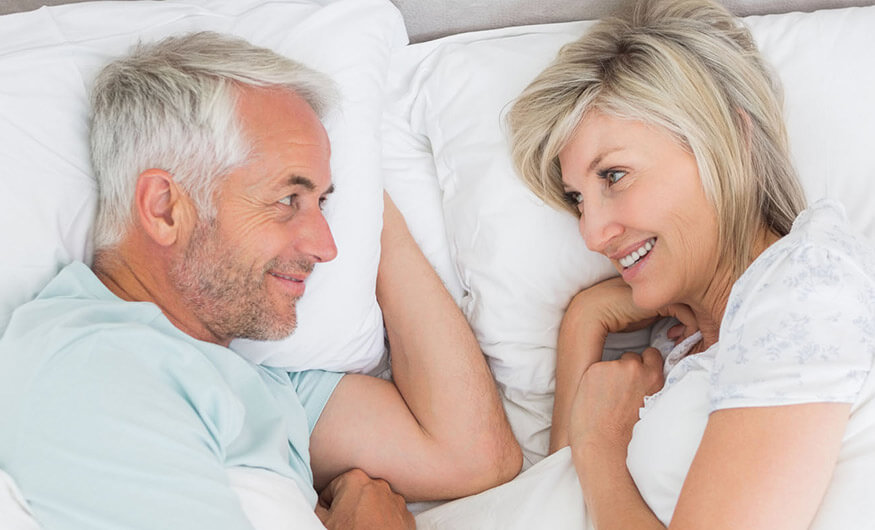 Senioren gezellig in bed